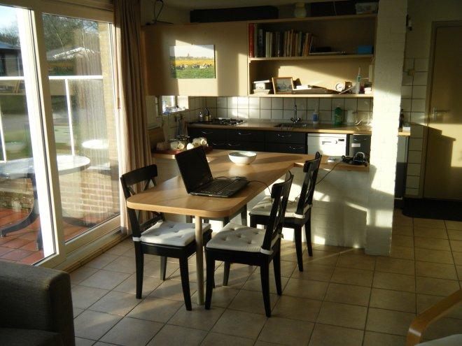 Der Esstisch und Küche